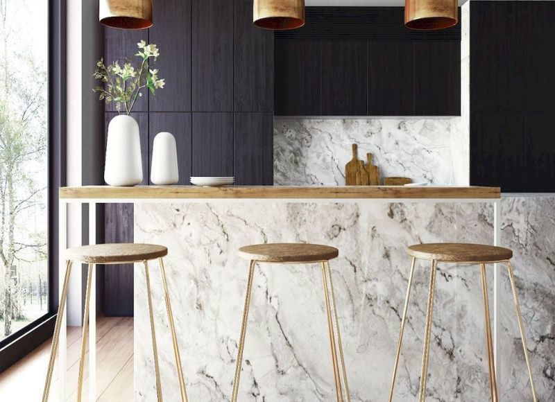 Кухонний фартух та острів з білого мармуру на тлі чорних меблів