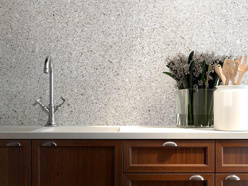 Стіна над робочою поверхнею в кухні з дрібнокрапчатого терраццо
