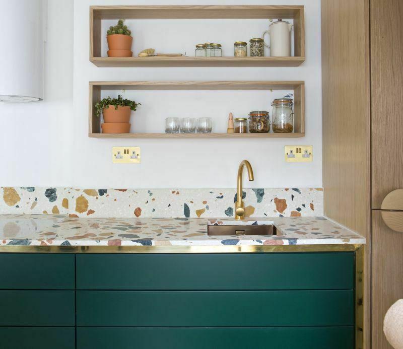 Кухонний фартух і робоча поверхня з терраццо в сучасному інтер'єрі