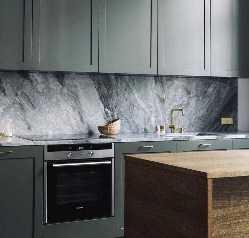 Стильний чорний мармур для оздоблення стіни над робочою поверхнею в кухні