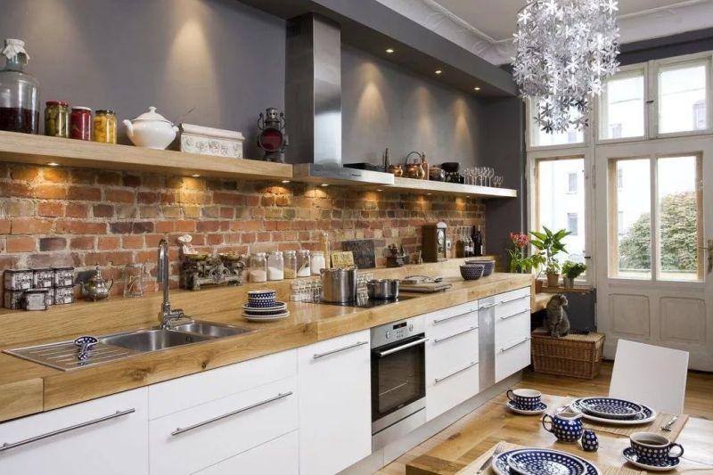 Захисний фартух з цегли над робочою поверхнею у кухні