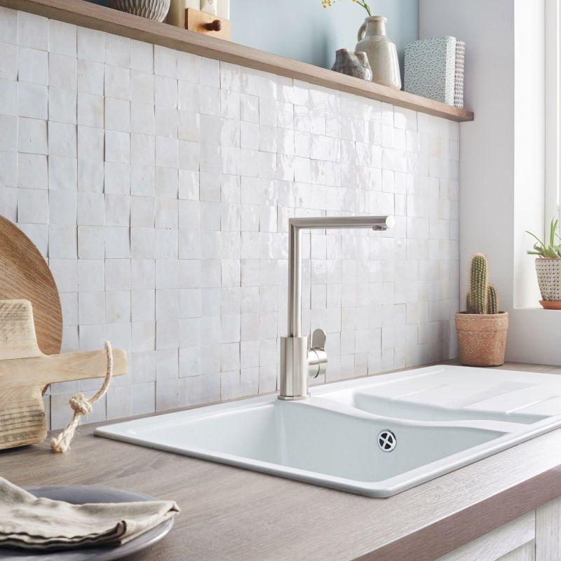 Кухонний фартух з білої плитки Zellige