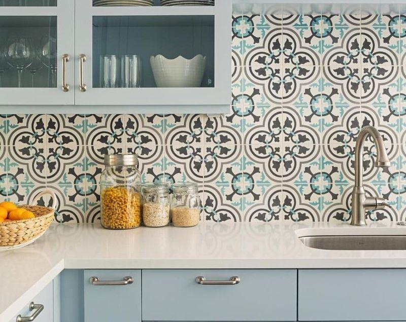 Кухонний фартух з оригінальної цементної плитки з орнаментом
