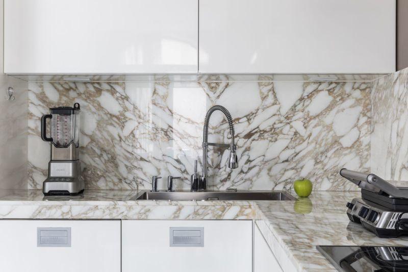 Мармур з виразними прожилками для фартуха та робочої поверхні у кухні