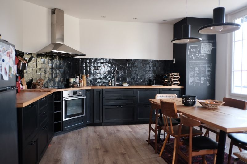 Кухонна стіна, оброблена плиткою Zellige