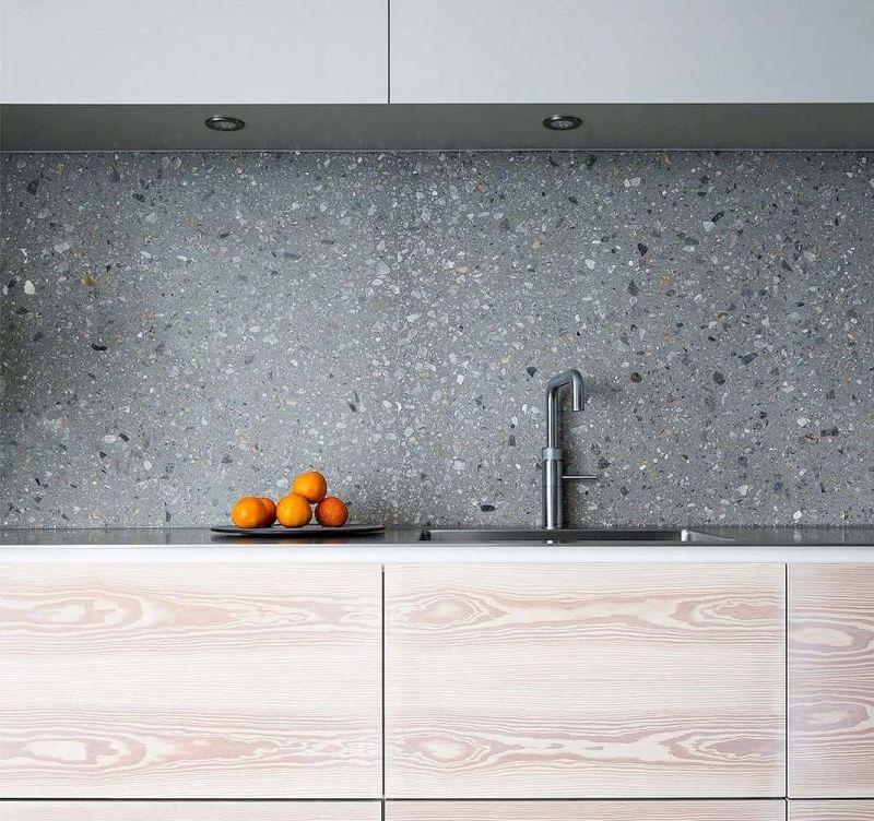 Один з модних матеріалів 2020 для кухонного фартуха - терраццо