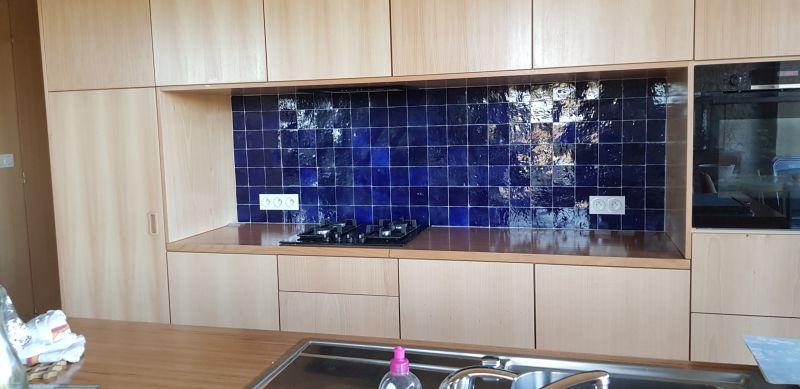 Плитка Zellige темно-синього кольору для створення кухонного фартуха