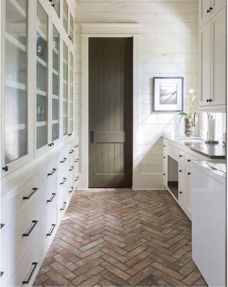 Вузька кухня з паралельним плануванням з підлогою із цегли