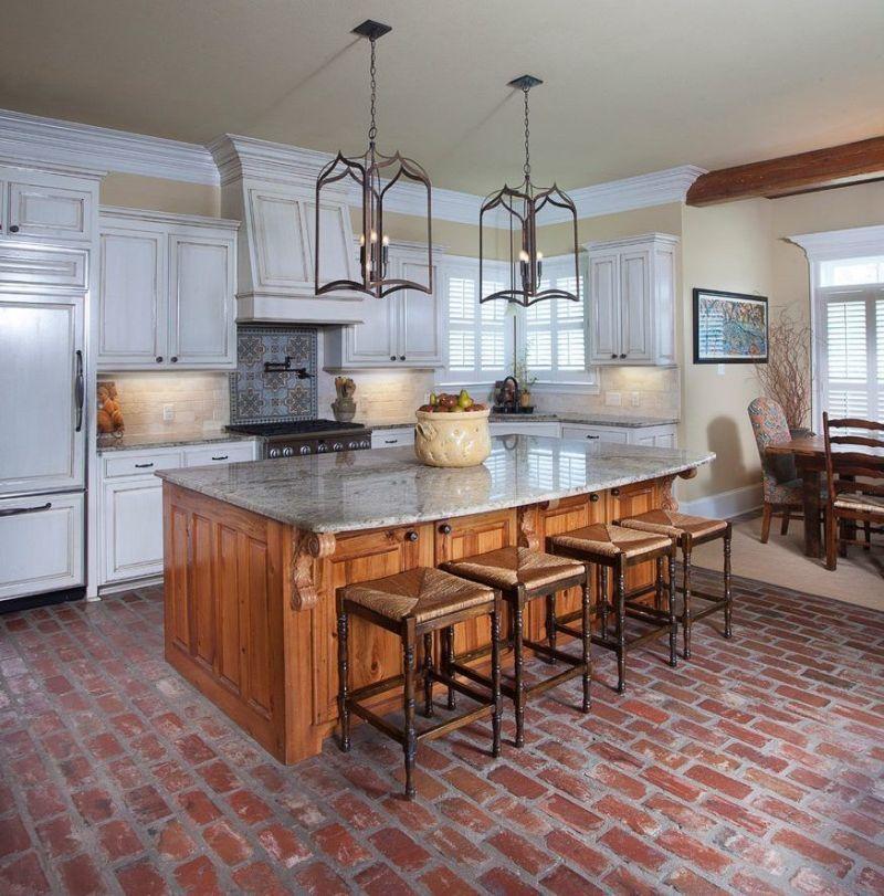 Підлога з червоної цегли у поєднанні з відтінками натуральної деревини та білим кольором
