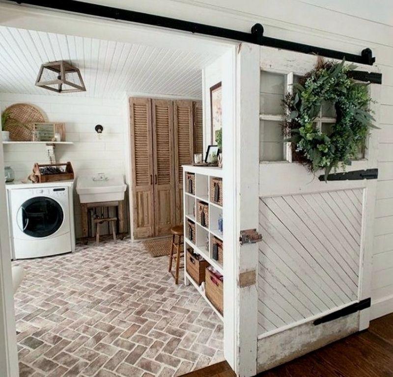 Декоративно викладена із цегли підлога в інтер'єрі пральні