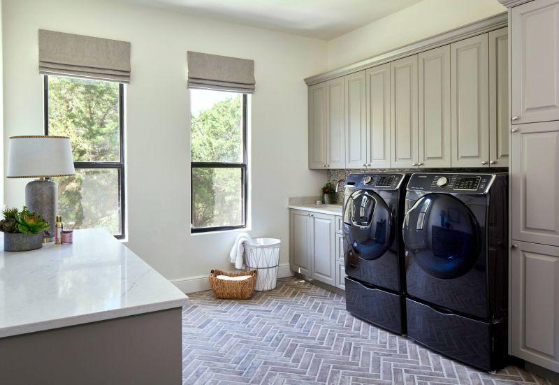 """Цегляна підлога з візерунком """"ялинкою"""" у кімнаті для прання"""