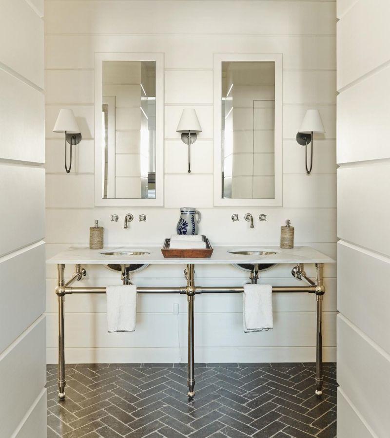 Плитка для підлоги, що імітує цеглу, у ванній кімнаті