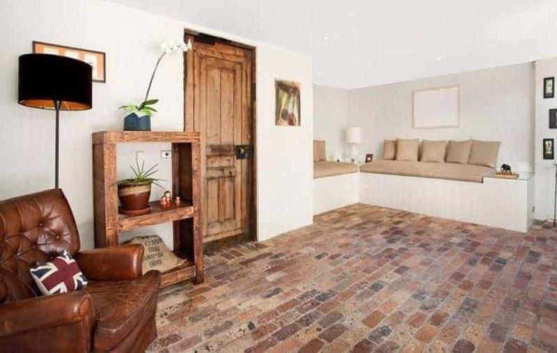 Різнобарвна цегляна підлога в інтер'єрі вітальні
