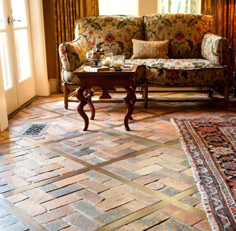 Підлога з цегли й дерева у вітальні