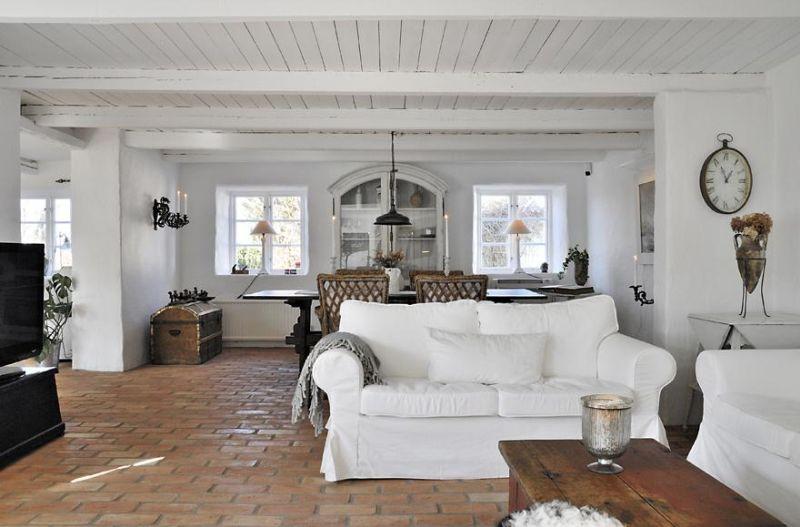 Цегляна підлога у великій світлій вітальні