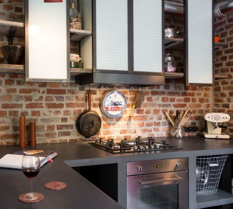 Цегляна стіна виконує роль кухонного фартуха