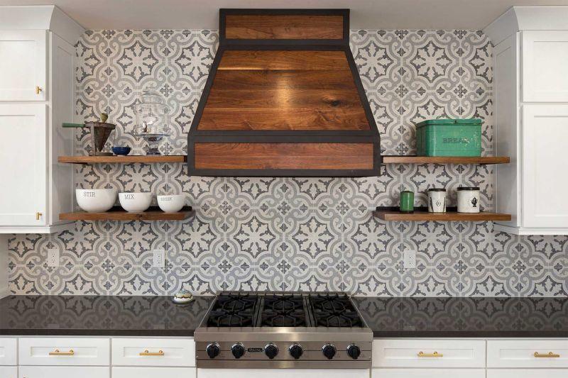 Оздоблення стіни над робочою поверхнею в кухні плиткою з цементу