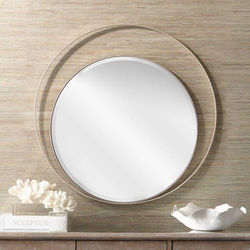 Кругле дзеркало кожен раз сприймається інакше, в залежності від рами та предметів, що його оточують.