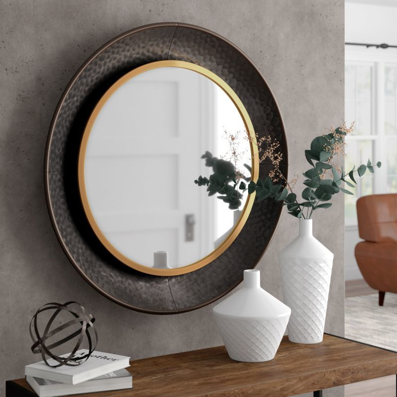 Інтер'єр вітальні з круглим дзеркалом