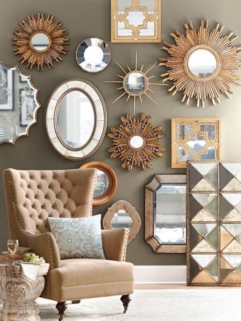 Цікавий настінний декор виходить, якщо використати не тільки круглі, але й іншої форми дзеркала. Оригінальні рами не залишать поза увагою композицію у вітальні.