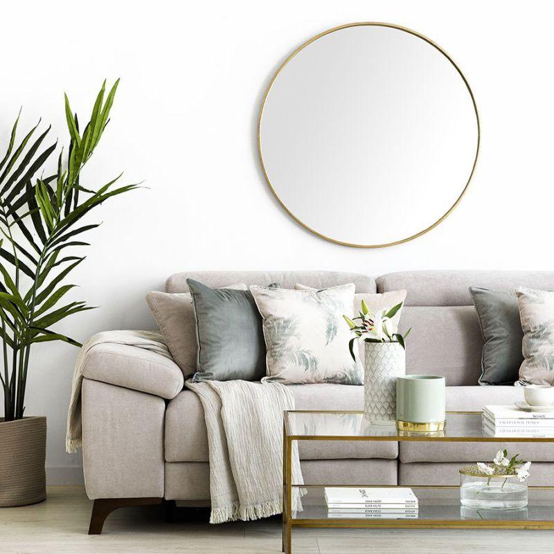 Дзеркало круглої форми з лаконічною тонкою металевою рамою буде стильним аксесуаром у сучасному інтер'єрі, виконаному в нейтральних кольорах.