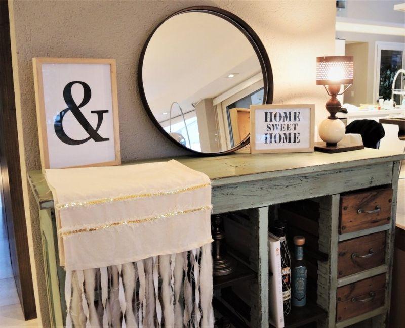 Дзеркало може не висіти на стіні, а стояти на комоді або тумбі, прихиленим до неї.