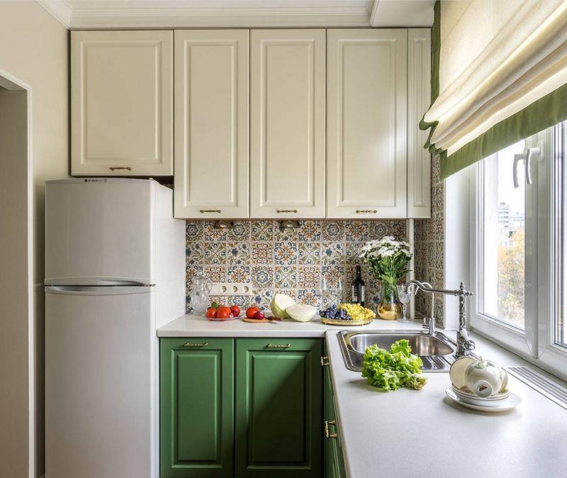 Вузька кухня: двобарвний меблевий гарнітур