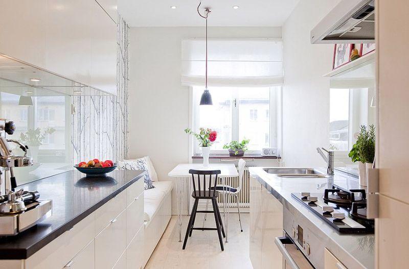 Меблі з глянсовими поверхнями на вузькій кухні