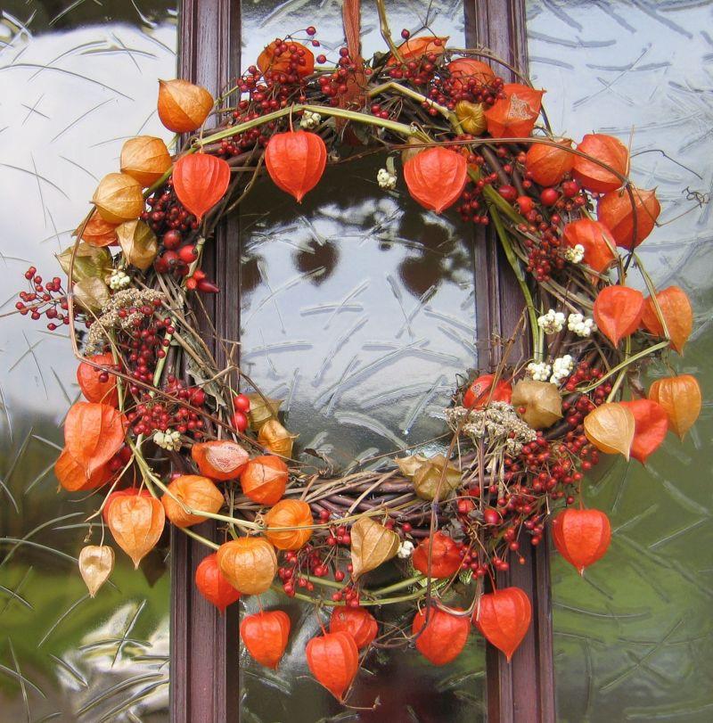 Осінні віночки: помаранчеві коробочки фізалісу привабливі самі по собі.