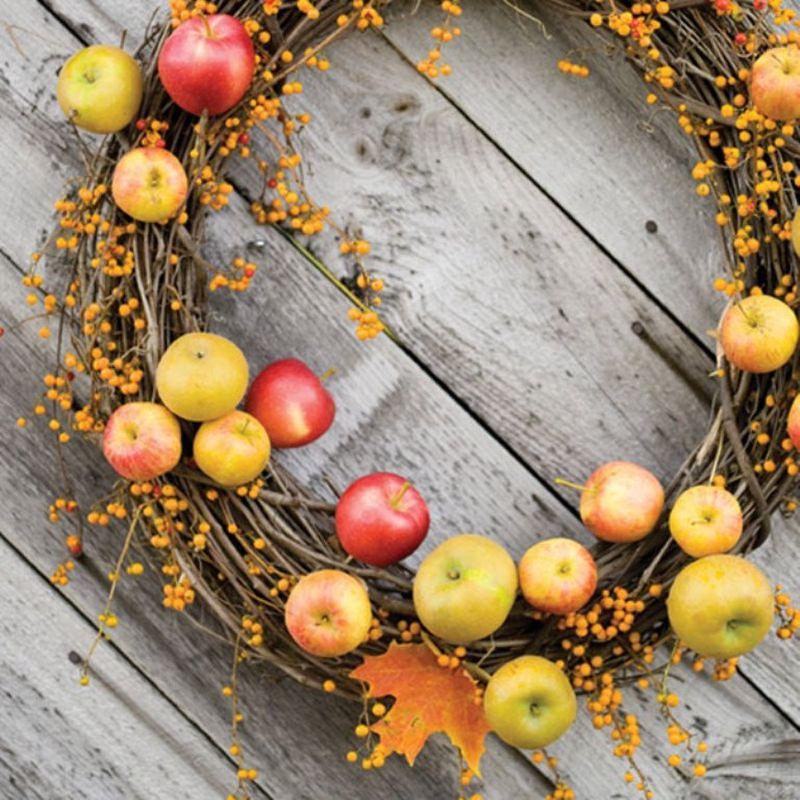 Ягідки та яблука у цій декоративній композиції нагадують про осінній врожай.