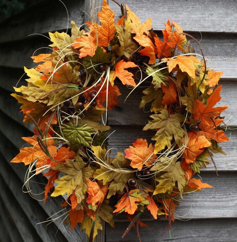 Осінні віночки з яскравого листя завжди будуть поза конкуренцією.