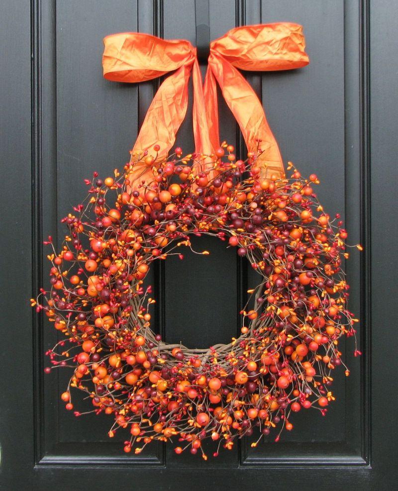 Осінні віночки: всі барви осені у цьому декоративному вінку для оздоблення дверей.