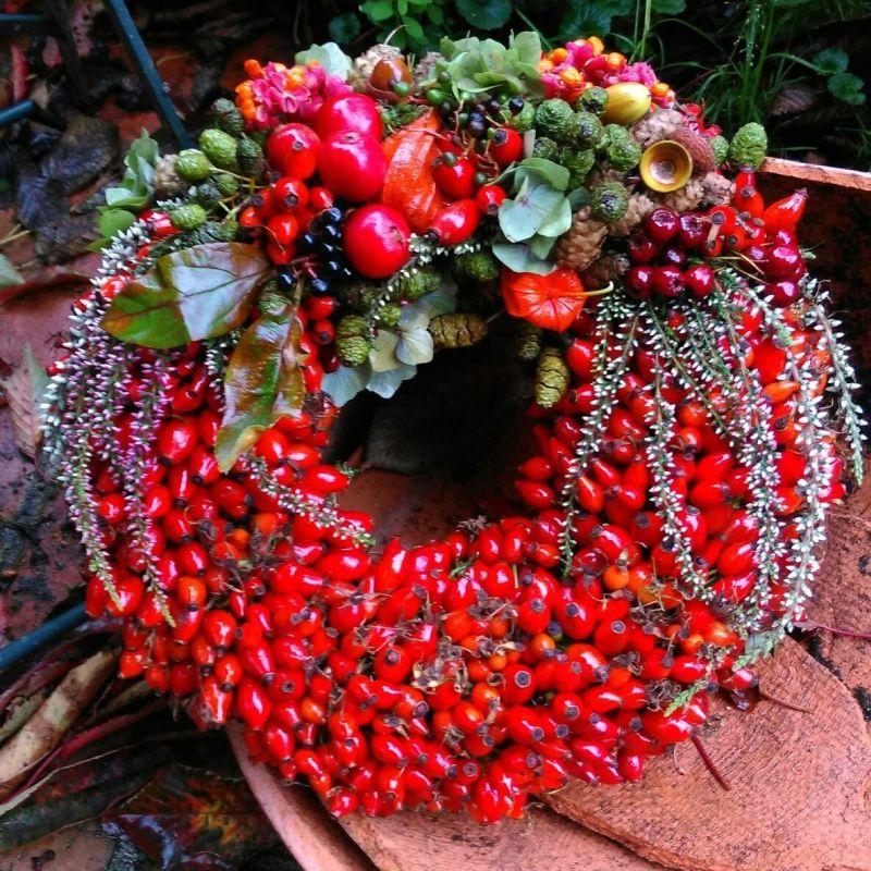 Червоні плоди шипшини в основі цього виразного осіннього декоративного вінка