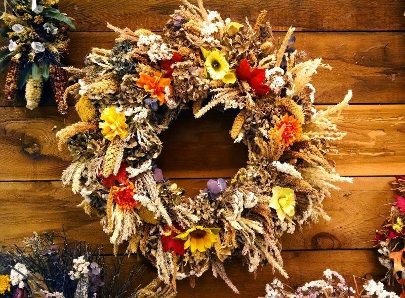 Осінні віночки: природні матеріали та декоративні елементи чудово поєднуються у цьому осінньому вінку.