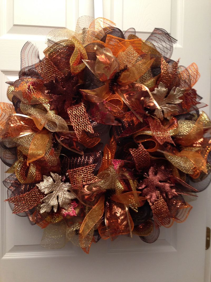 Осінній декор: вінок із блискучих стрічок і штучного листя