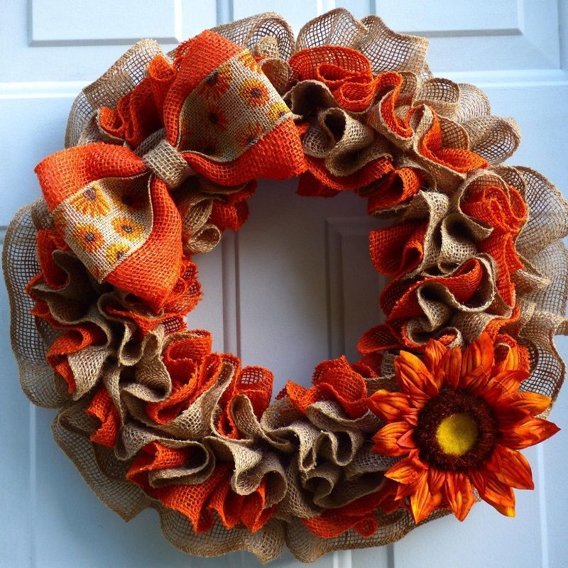 Осінній віночок з тканинних стрічок: оранжево-коричнева осіння палітра створює відповідний настрій.