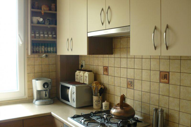 Дизайн вузької кухні у світло-бежевих кольорах