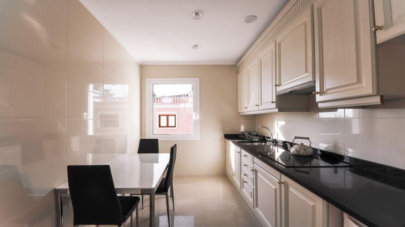 Вузька кухня з плануванням в одну лінію