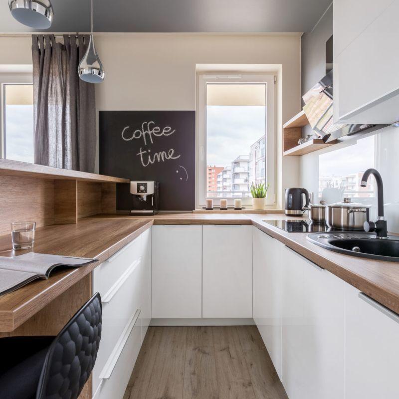П-подібне розташування меблів у вузькій кухні