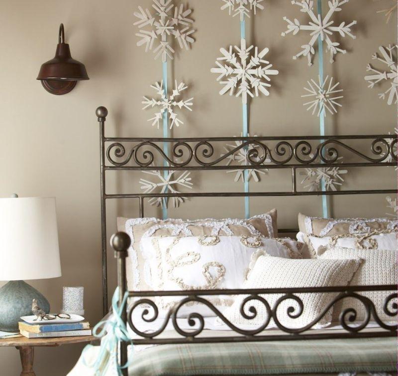 Стриманий декор до зимових свят над ліжком