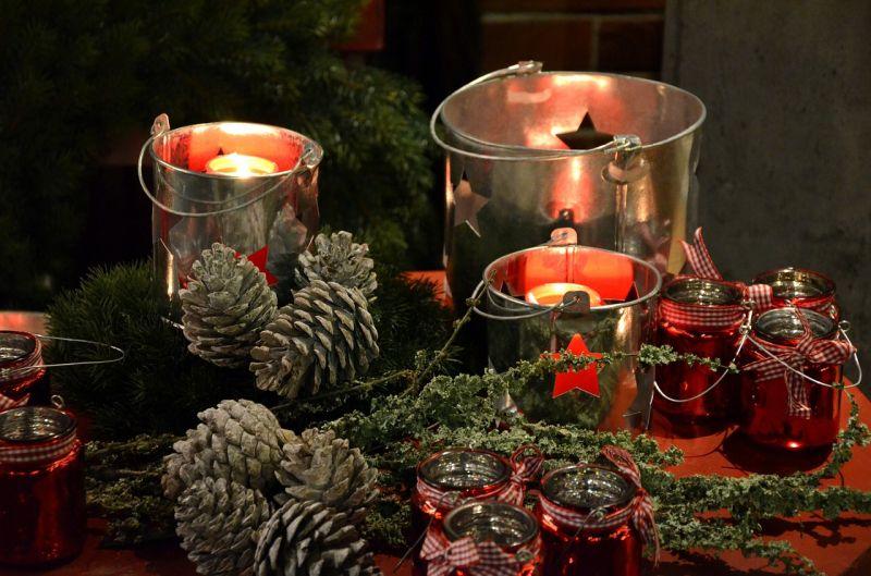 Свічки у новорічному декорі з шишками