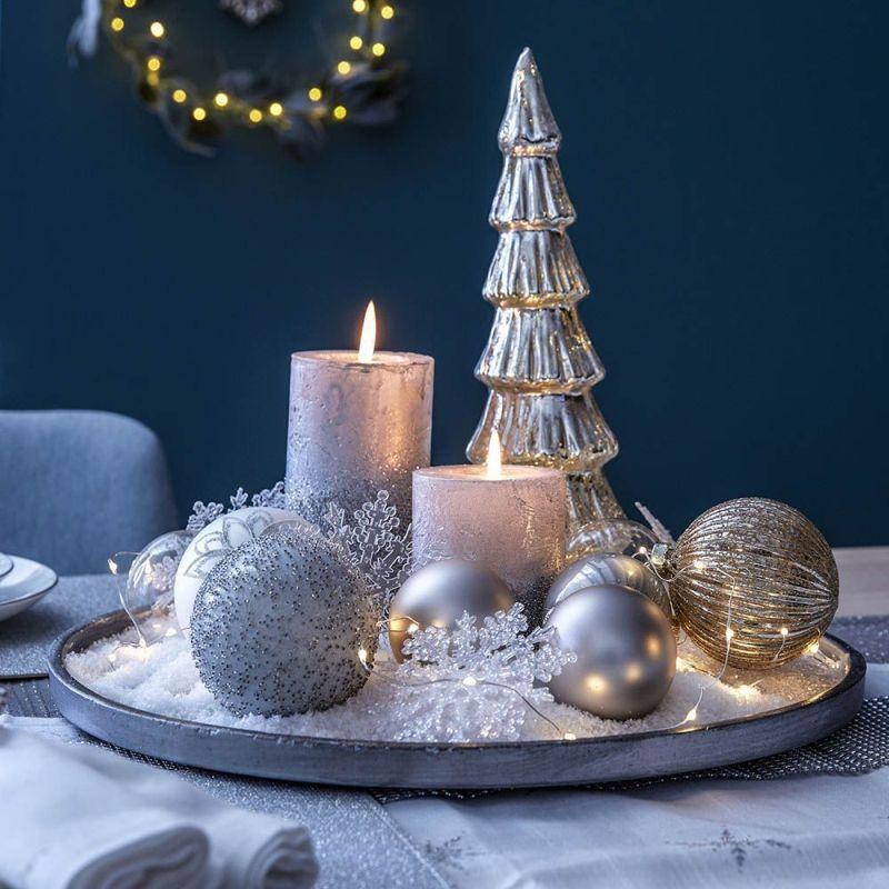 Свічки та прикраси на круглому блюді