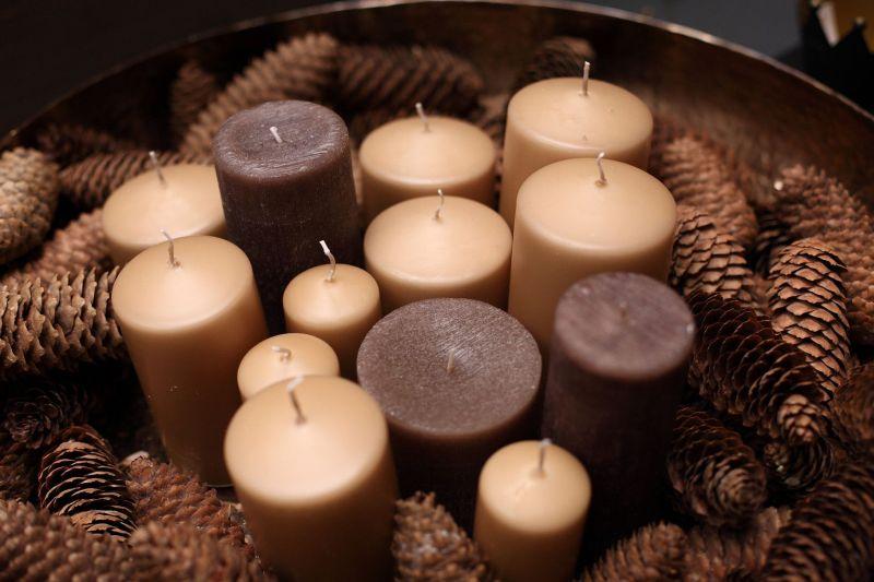 Різнобарвні свічки та ялинові шишки