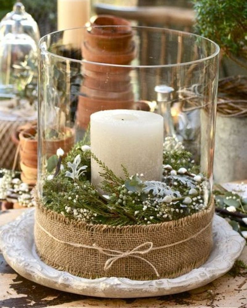 Прозорий свічник і біла свічка: класичне поєднання для будь-якого свята