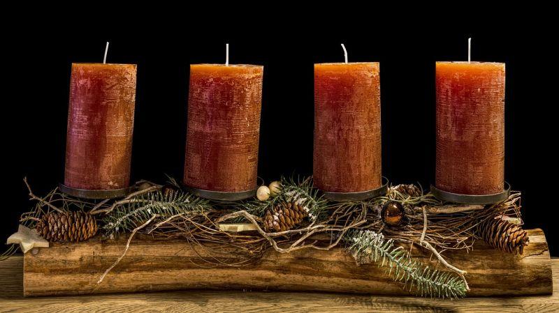 Лаконічна композиція з червоними свічками