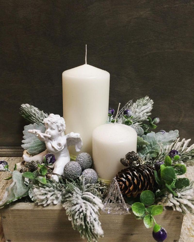Свічки та янгол у різдвяній композиції