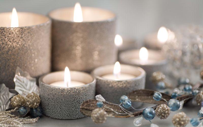 Срібляста композиція зі свічок