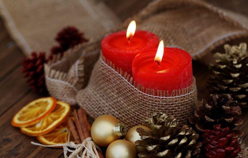 Червоні свічки з новорічними атрибутами