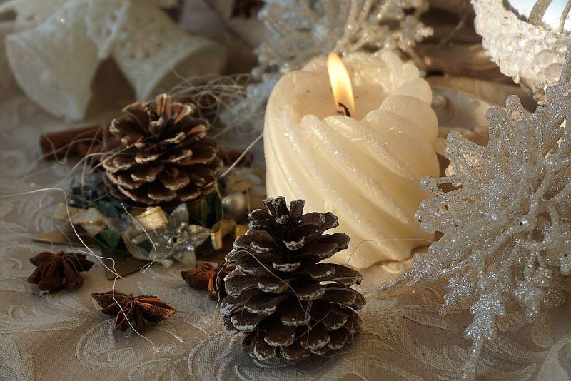 Свічки: білий новорічний декор
