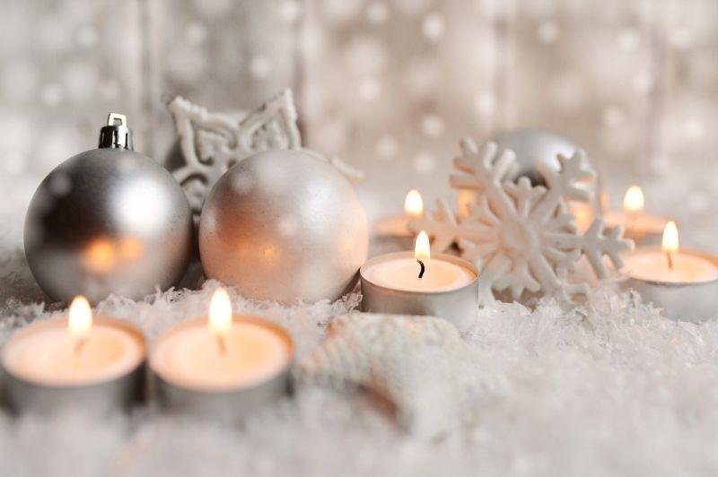 Свічки у поєднанні зі сріблястими кульками